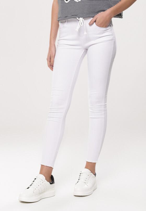 Białe Spodnie Contexts