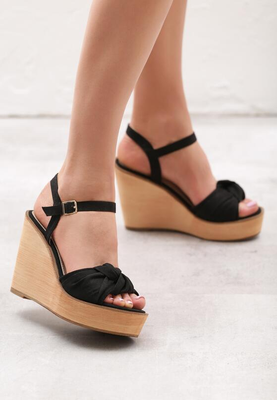 Czarne Sandały Accompaniment