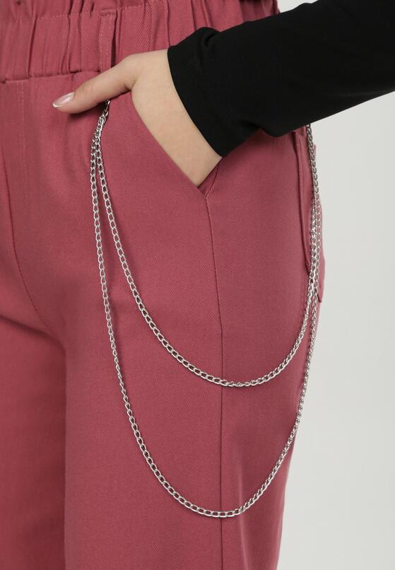 Różowe spodnie z łańcuchem