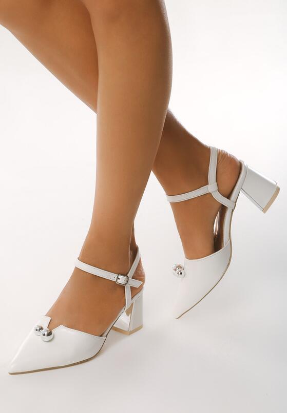 Białe Sandały Circumstantiated