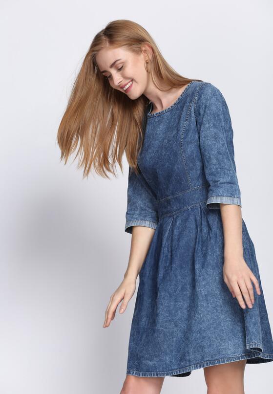 Niebieska Sukienka Expanded